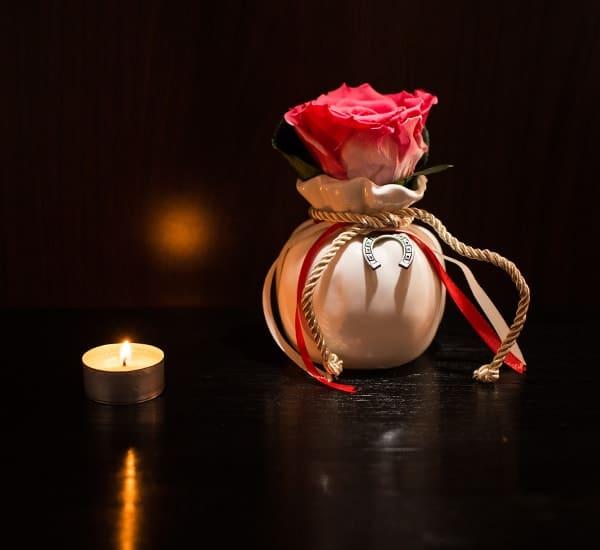 trandafir criogenat roz in vaza